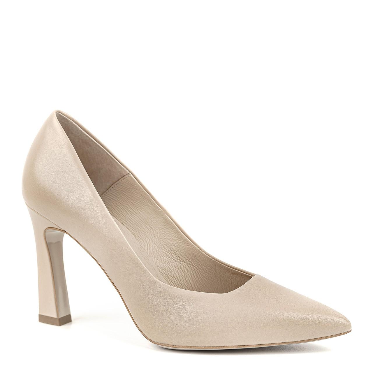 Buty na szpilce w kolorze beżowym z geometrycznym obcasem