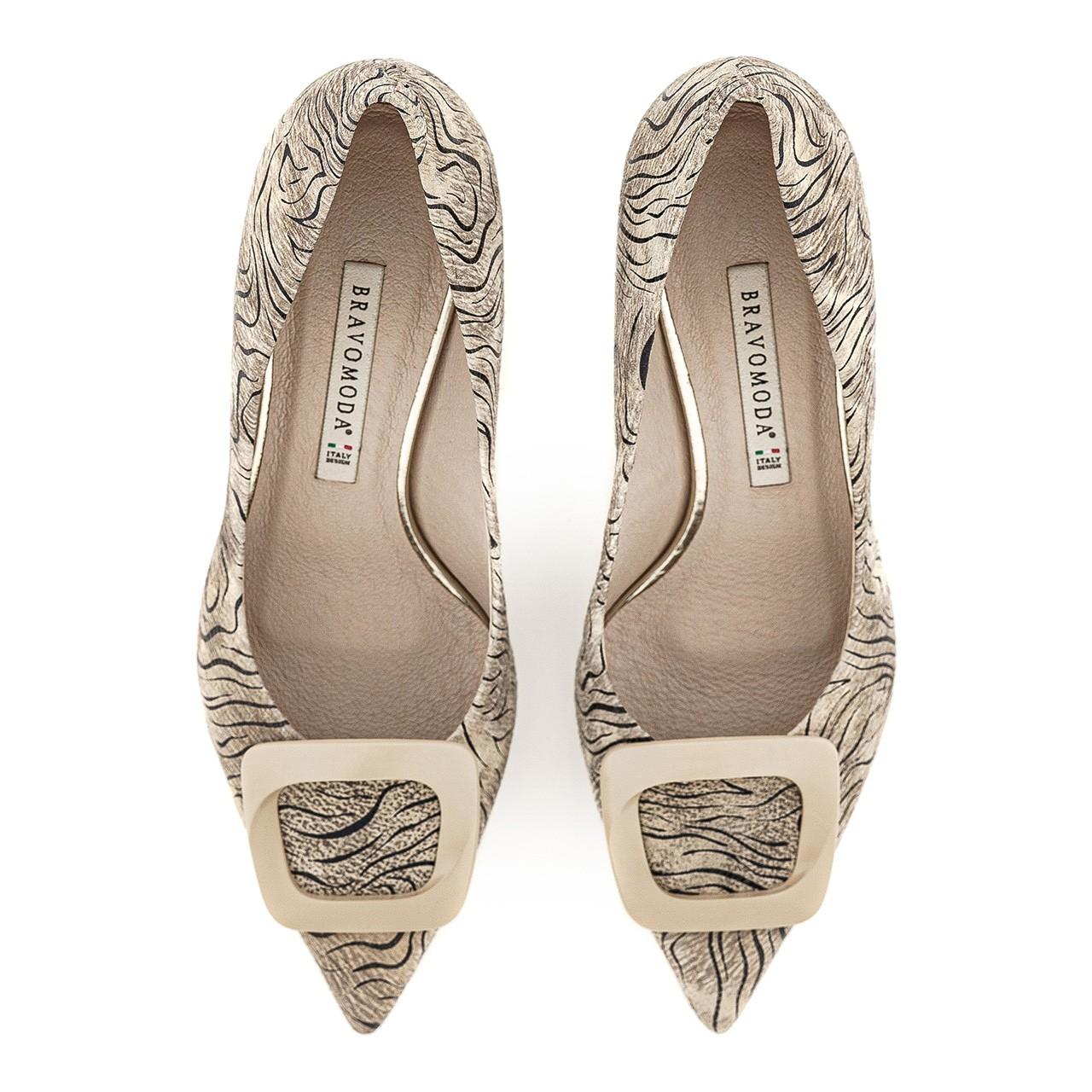 Beżowe buty na niskim obcasie z motywem zebry