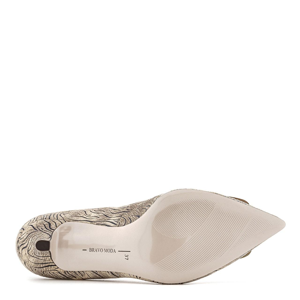 Beżowe skórzane buty na niskim obcasie z motywem zebry
