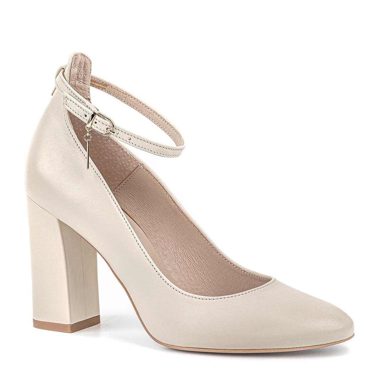 Kremowe skórzane buty na słupkowym, grubym obcasie zapinane przy kostce