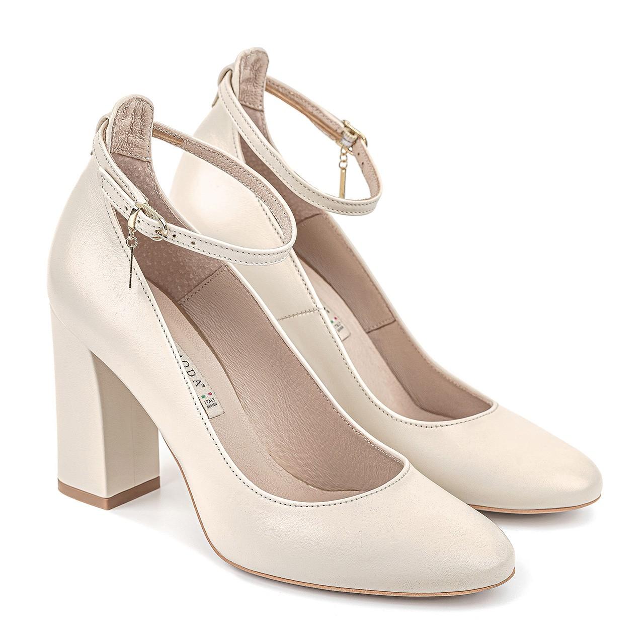 Kremowe skórzane buty na słupkowym obcasie zapinane przy kostce