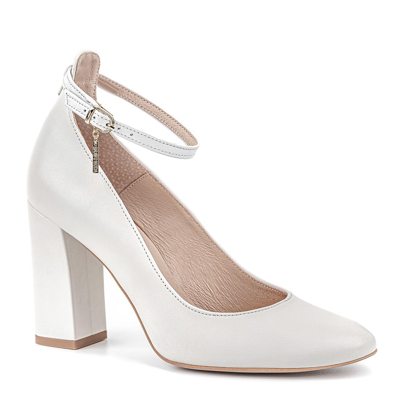 Białe buty ze skóry naturalnej na grubym, słupkowym obcasie zapinane przy kostce
