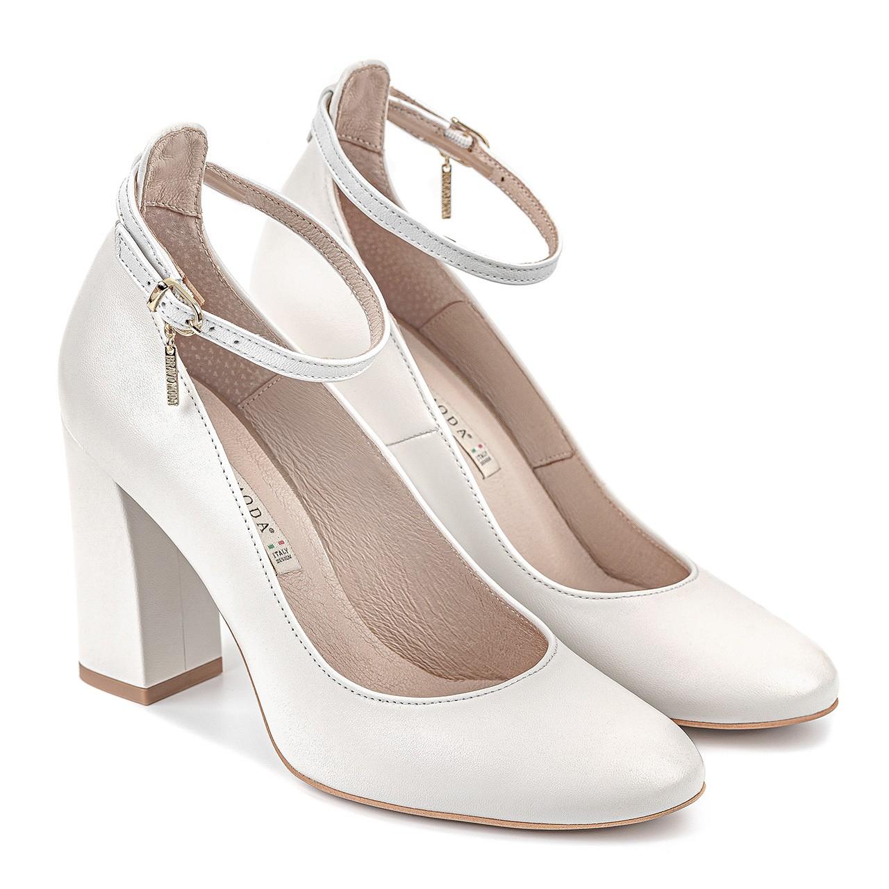 Białe buty ze skóry naturalnej na stabilnym obcasie zapinane przy kostce