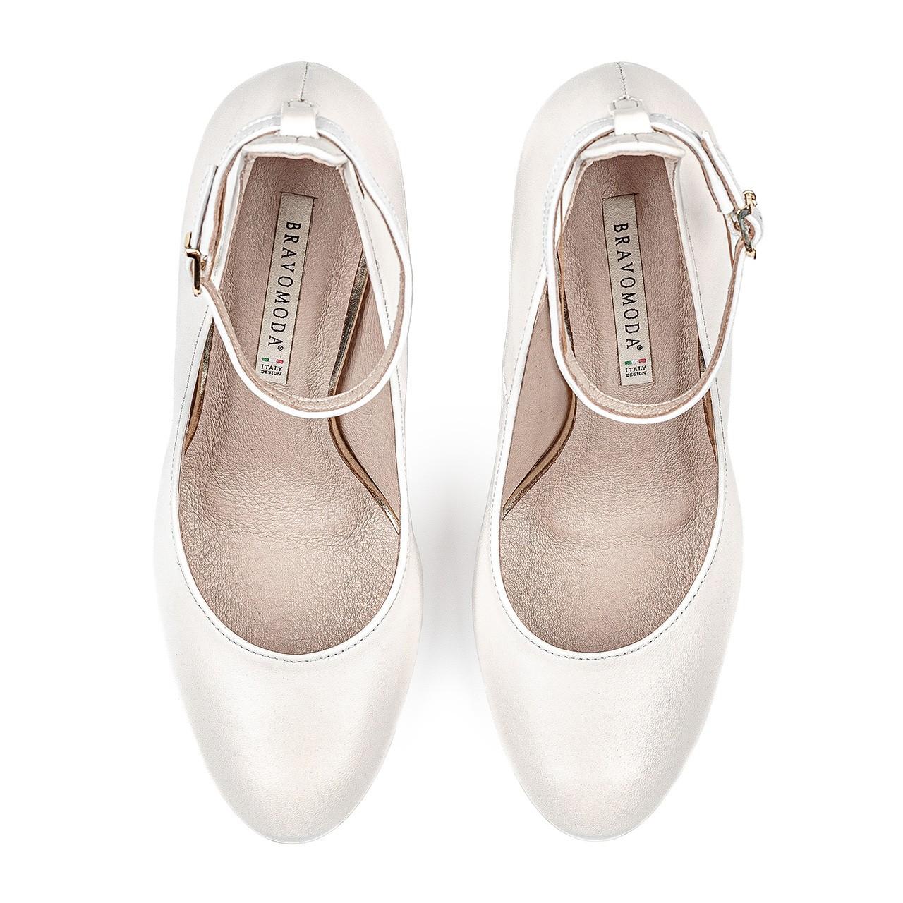 Białe skórzane buty ślubne na stabilnym obcasie zapinane przy kostce
