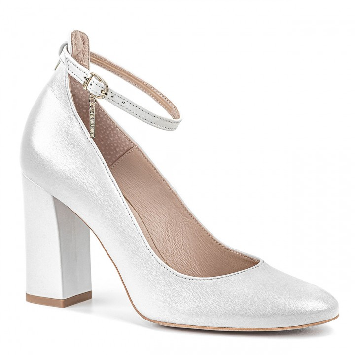 Wyjątkowe obuwie damskie w kolorze białej perły na grubym obcasie zapinane przy kostce