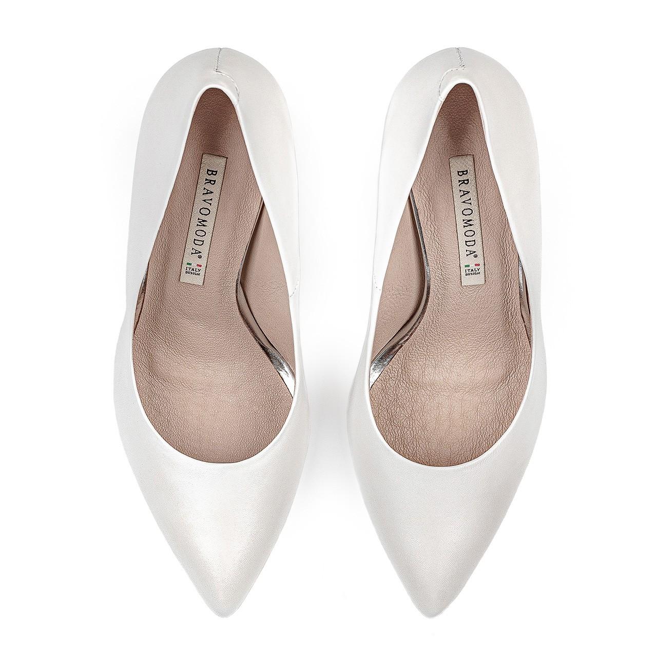 Białe skórzane ślubne buty na brokatowej szpilce