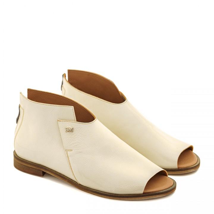 Kremowe sandały na płaskiej podeszwie