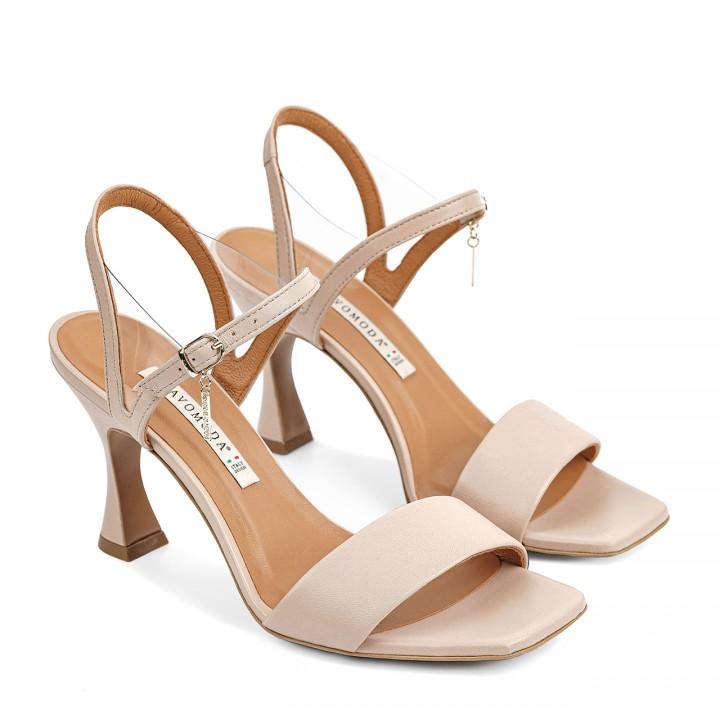 Skórzane sandałki w kolorze beżowym zapinane na kostce