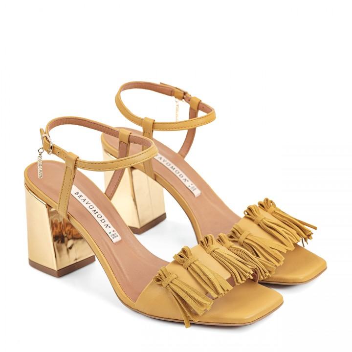 Skórzane sandałki na słupku w żółtym odcieniu