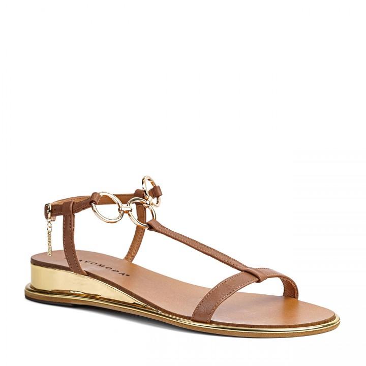 Camelowe sandałki na niskim koturnie wzbogacone o złote detale przy kostce