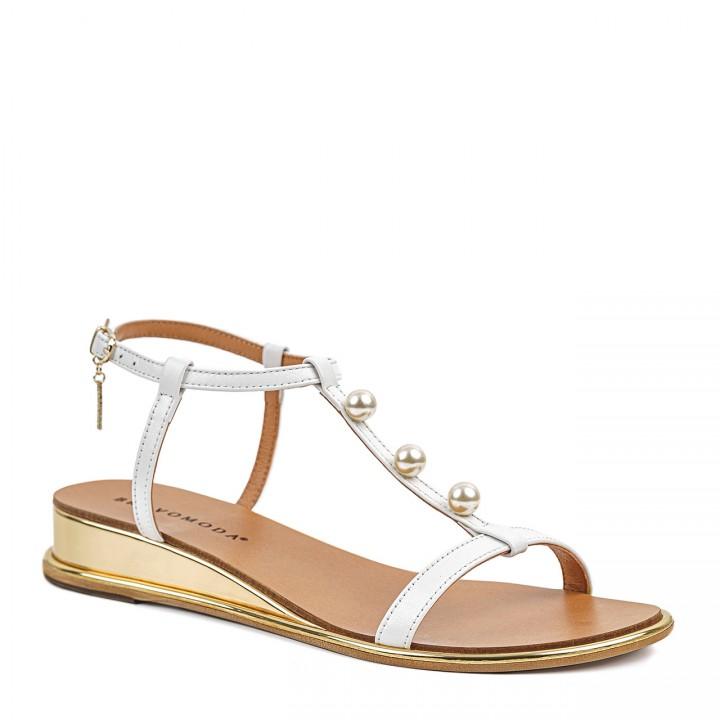 Eleganckie białe sandałki dla kobiet na niskim koturnie z perełkami z przodu