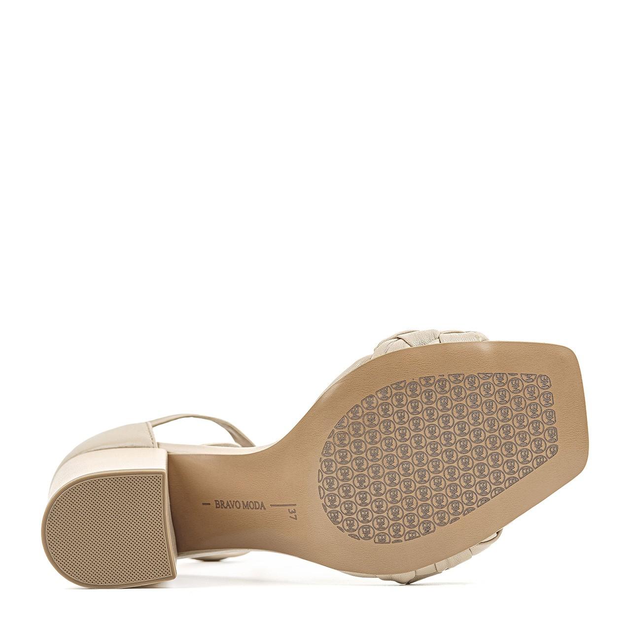 Skórzane beżowe sandałki na szerokim słupku
