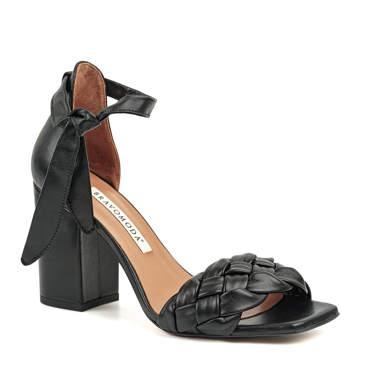 Klasyczne damskie sandałki w czarnym kolorze na wysokim obcasie