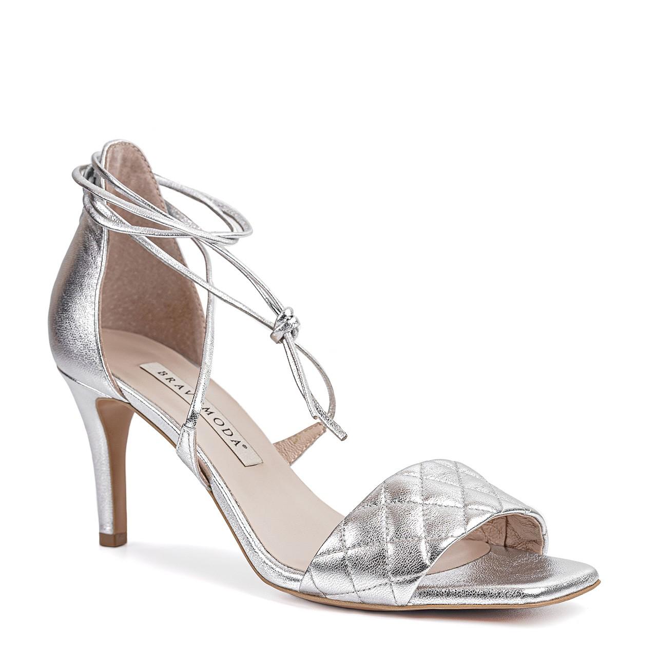 Srebrne buty na szpilce z ciekawym wiązaniem na kostce