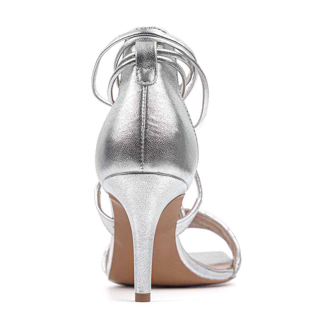 Srebrne buty na szpilce z wiązaniem na kostce