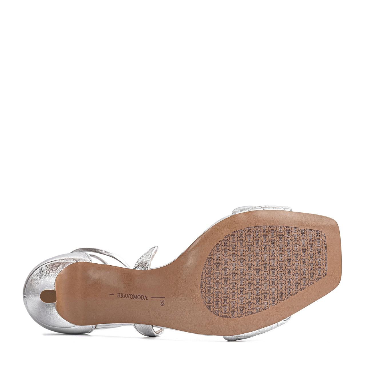 Srebrne sandały na szpilce z wiązaniem na kostce