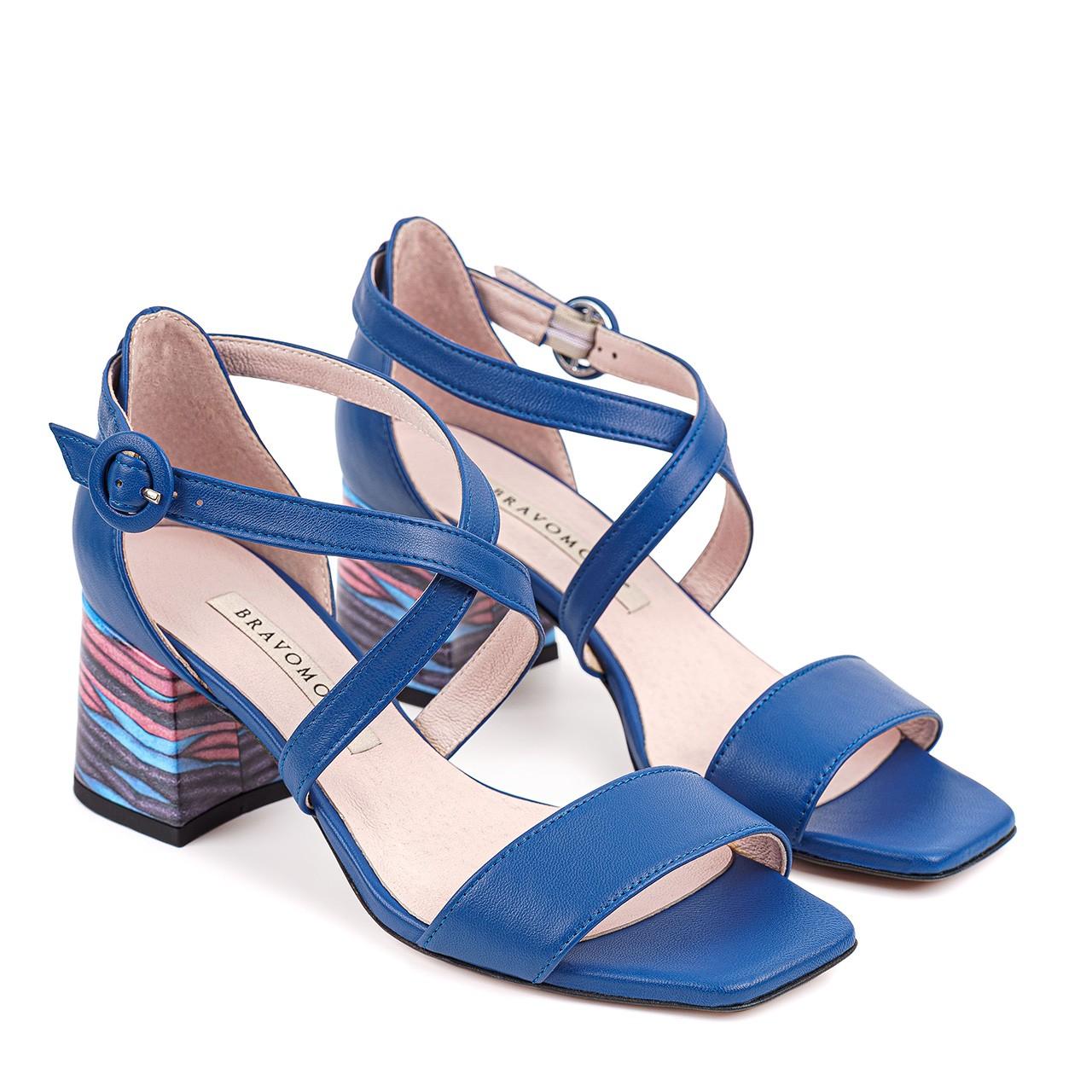 Skórzane sandałki w niebieskim kolorze z paseczkami