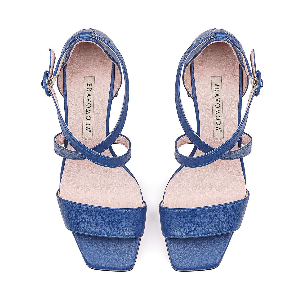 Niebieskie skórzane sandałki z kolorowym obcasem