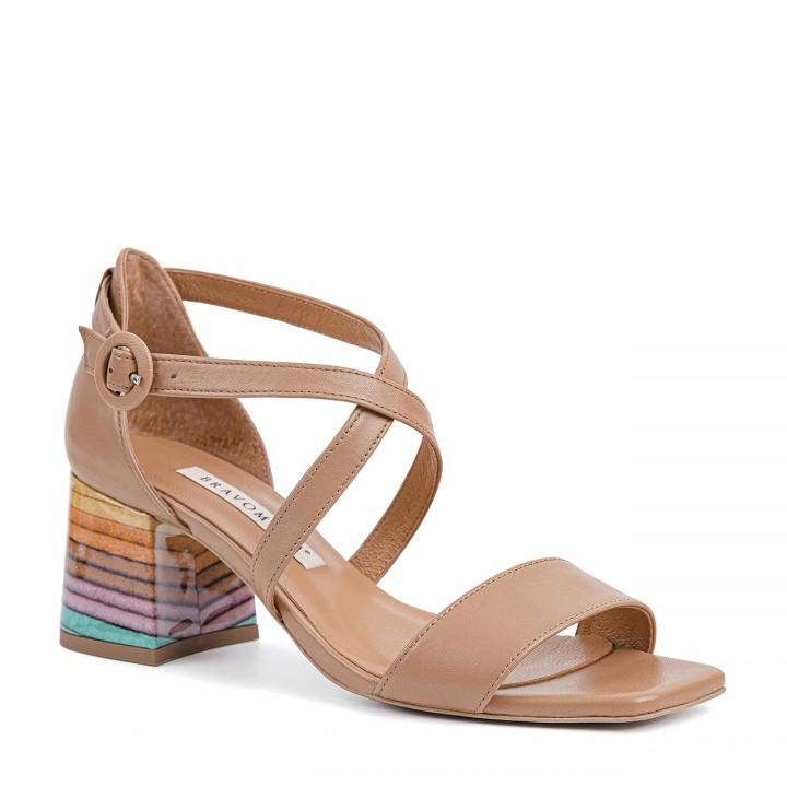 Skórzane sandałki na słupku w kolorze toffi z paseczkami