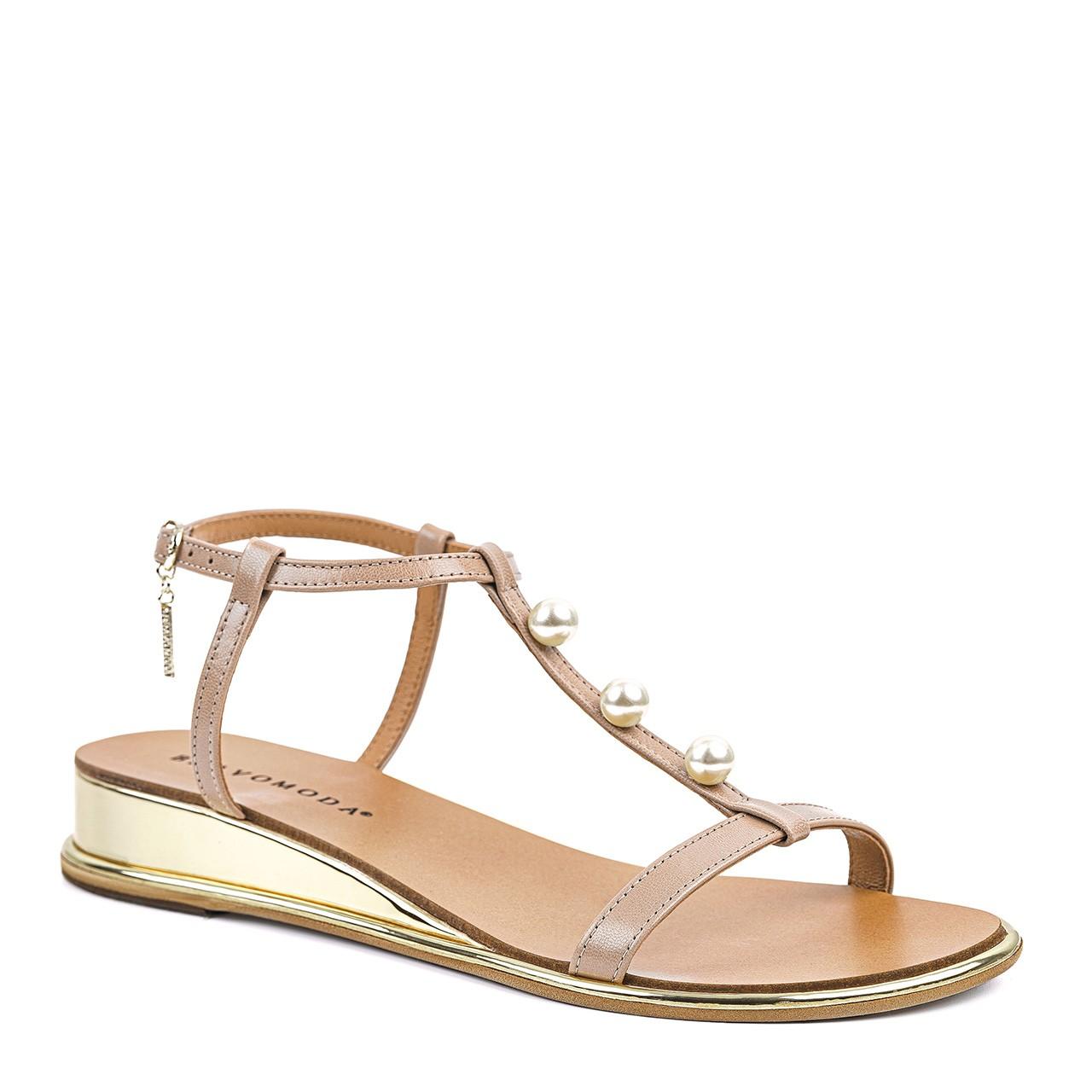 Jasnobrązowe sandały z ozdobnymi perełkami i podwyższonym koturnem