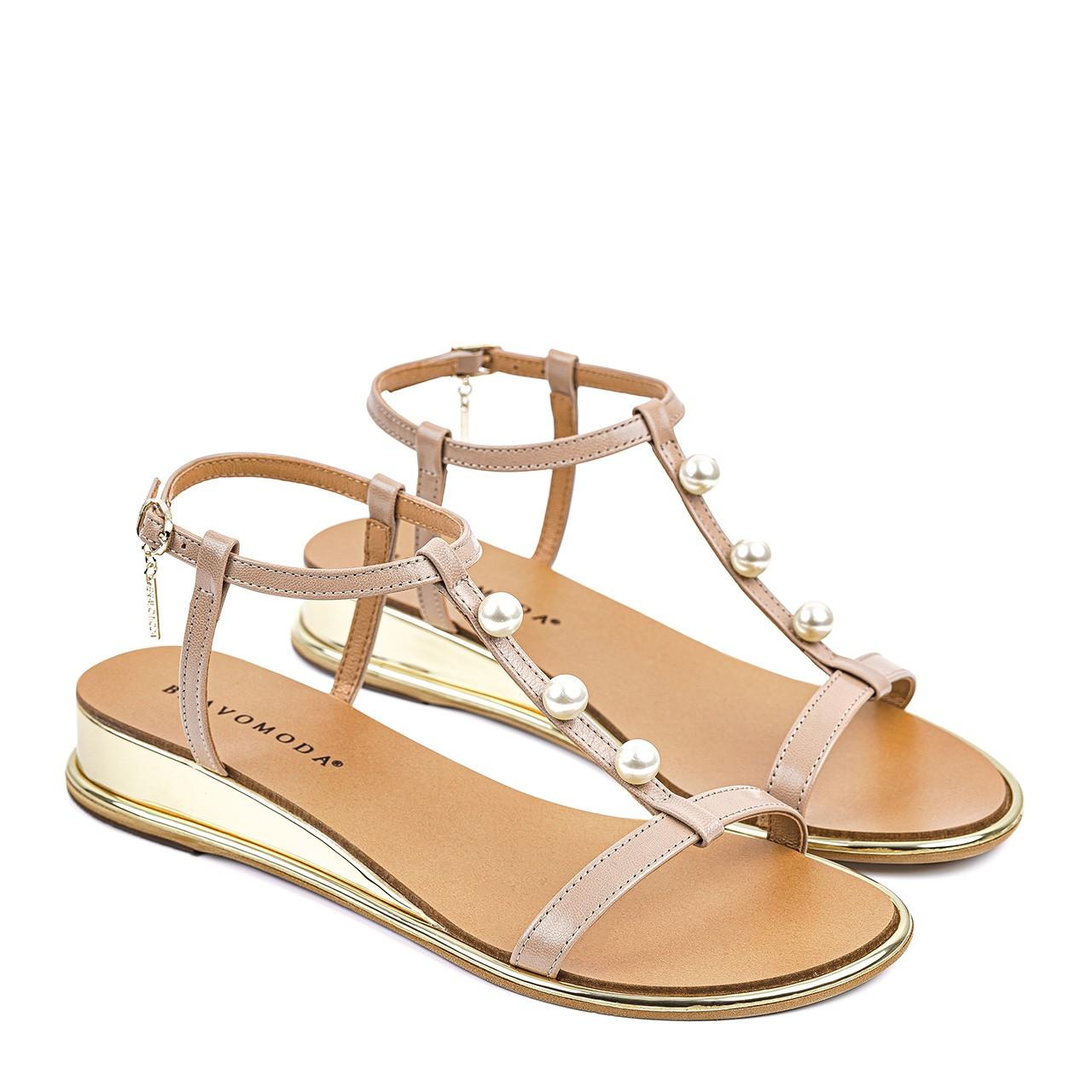 Jasnobrązowe sandały z ozdobnymi perełkami