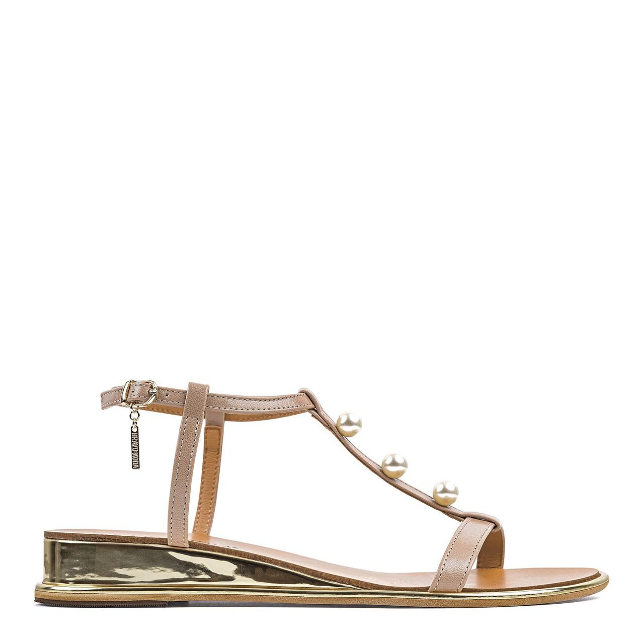 Brązowe sandały z ozdobnymi perełkami i podwyższonym koturnem