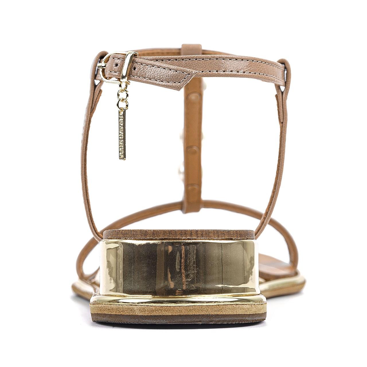 Jasnobrązowe skórzane sandały z ozdobnymi perełkami
