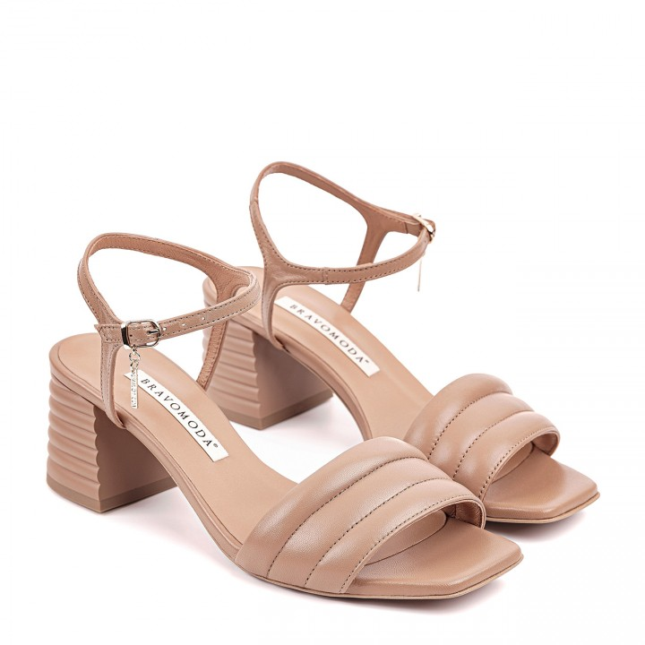 Sandały z przeszyciami w kolorze toffi