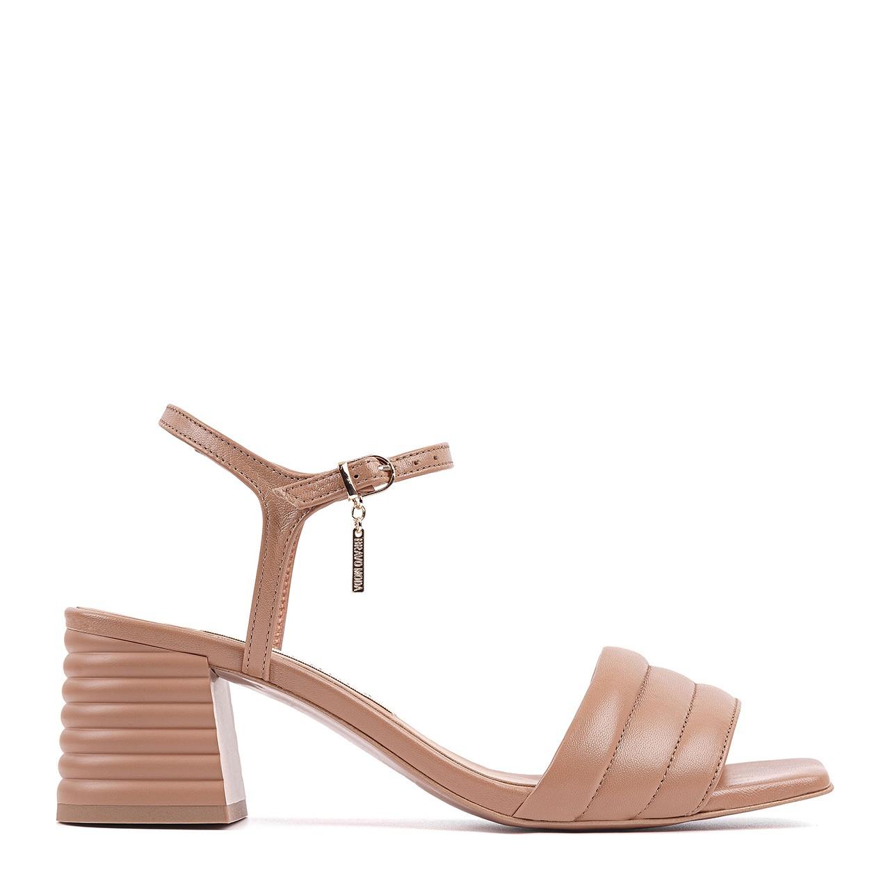 Skórzane sandały w kolorze toffi na stabilnym słupku