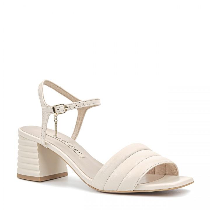 Kremowe sandały z naturalnej skóry licowej na stabilnym obcasie z przeszyciami