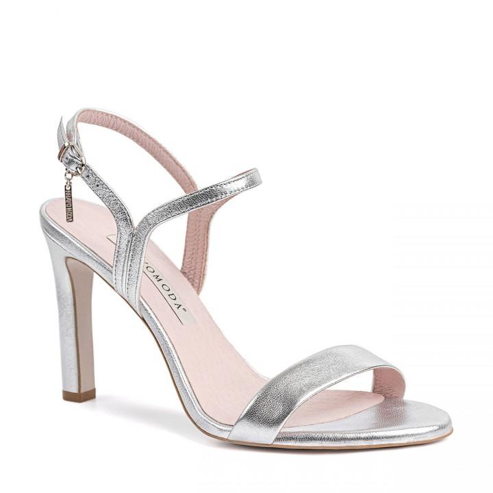 Srebrne sandały w delikatnym połyskiem wykonane z naturalnej skóry licowej