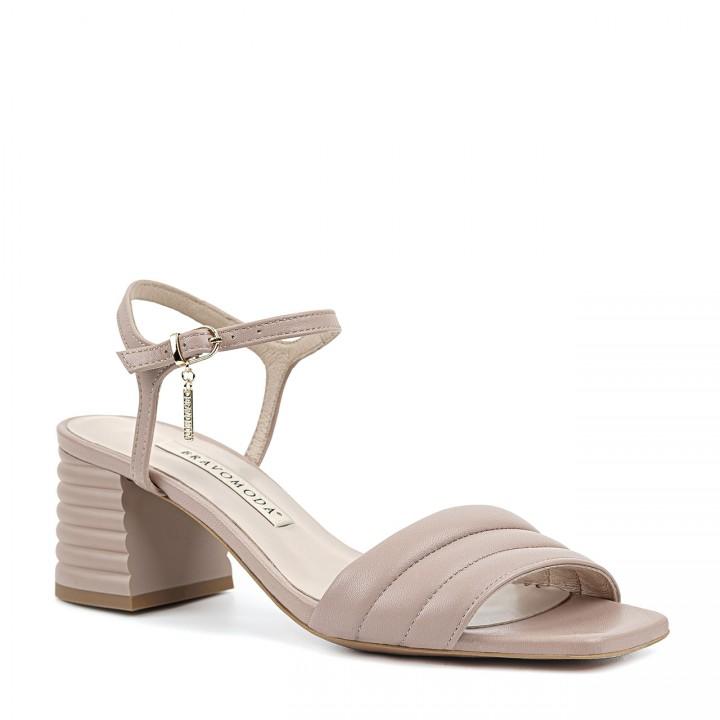 Pudrowo-różowe sandały z przeszyciami na niskim obcasie typu słupek