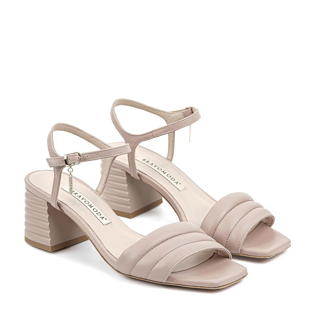 Pudrowo-różowe sandały z przeszyciami
