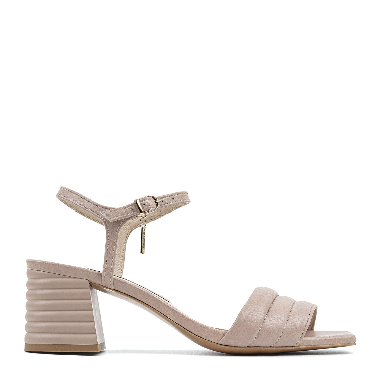 Pudrowo-różowe sandały na niskim obcasie