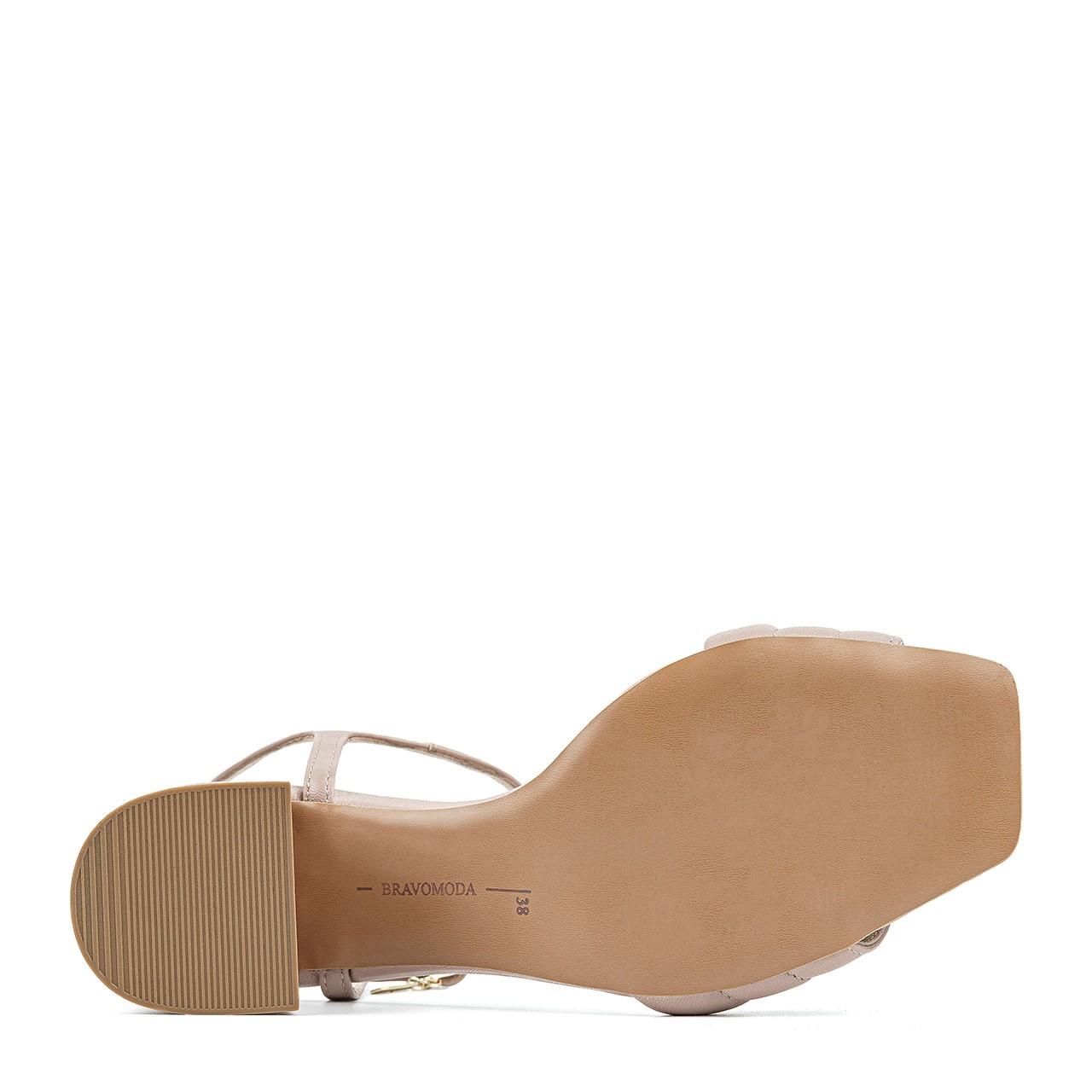 Beżowe sandały z przeszyciami na niskim obcasie