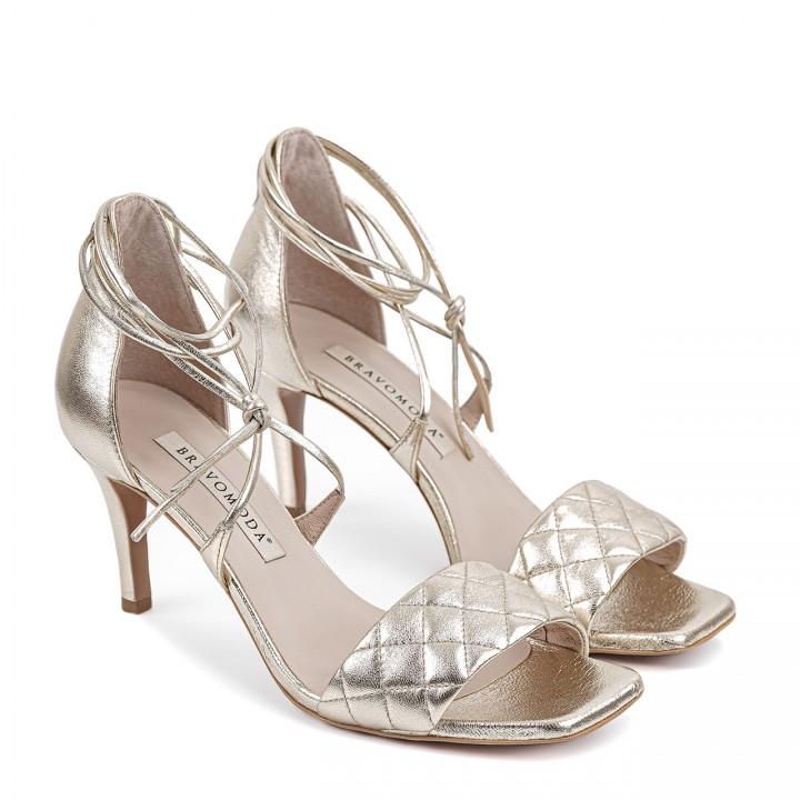 Złote sandały z nietuzinkowym wiązaniem