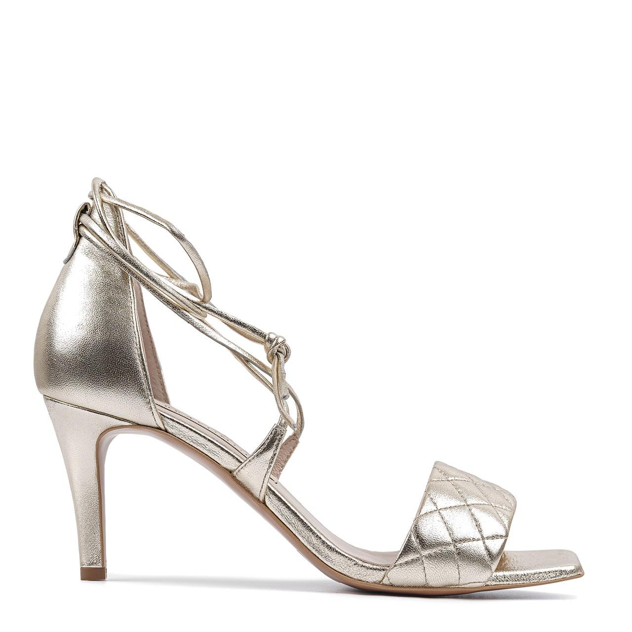 Złote skórzane sandały z nietuzinkowym wiązaniem