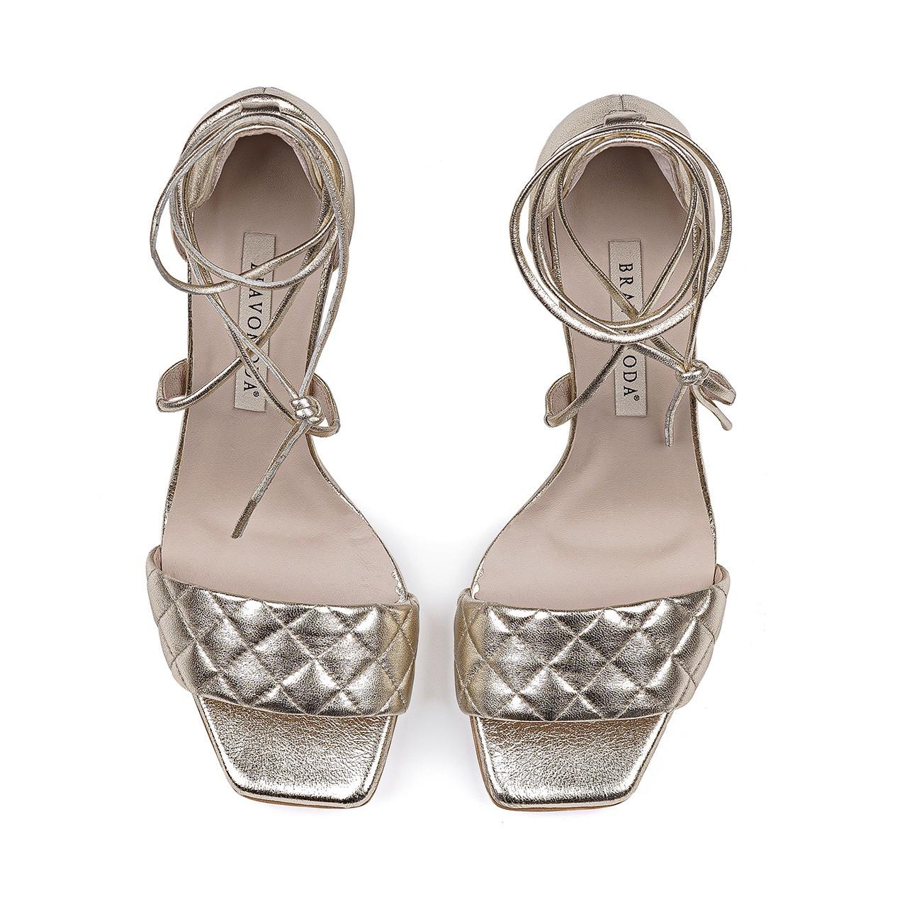 Złote skórzane sandały na szpilce z nietuzinkowym wiązaniem