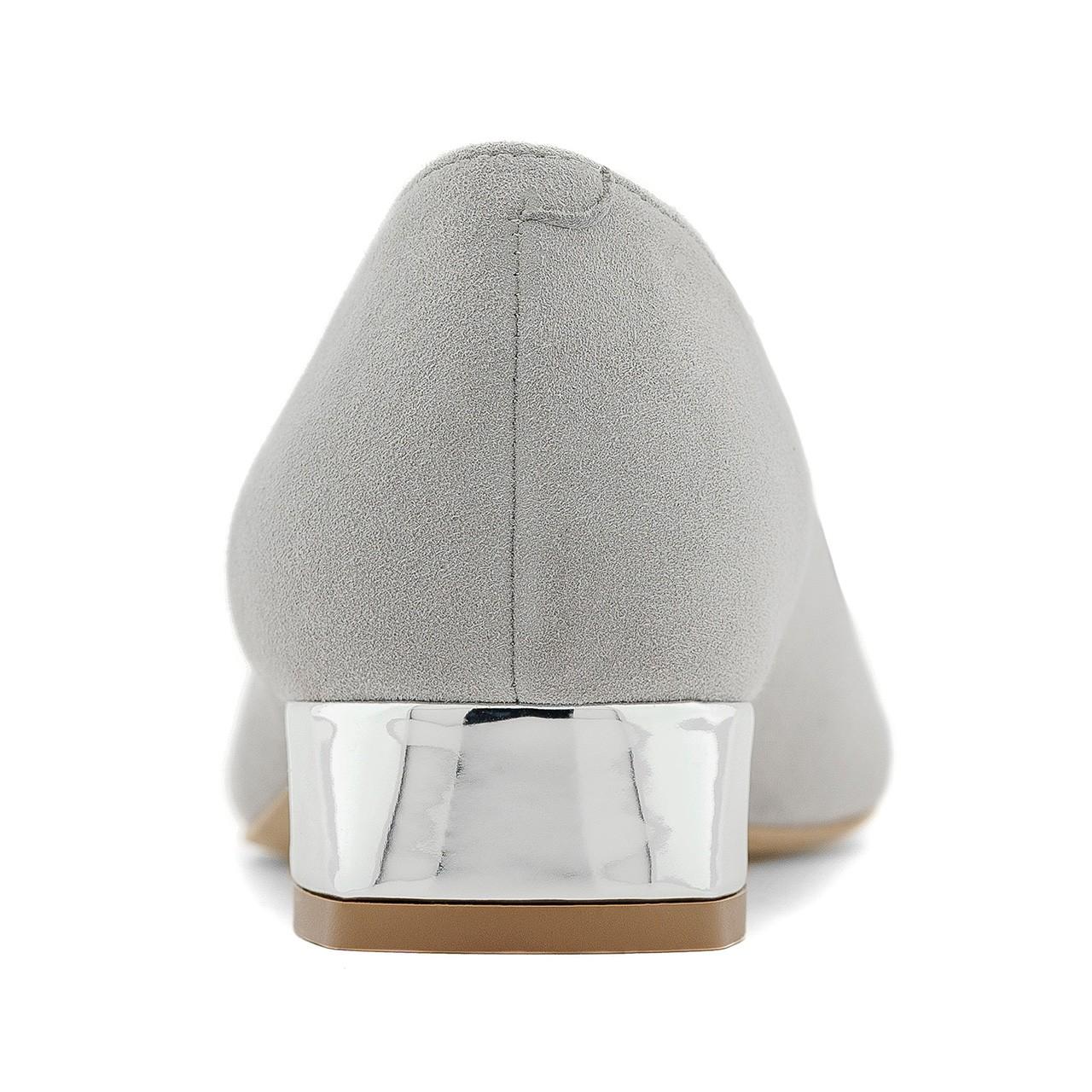 Zamszowe mokasyny w szarym kolorze ze srebrnym obcasem i ozdobą