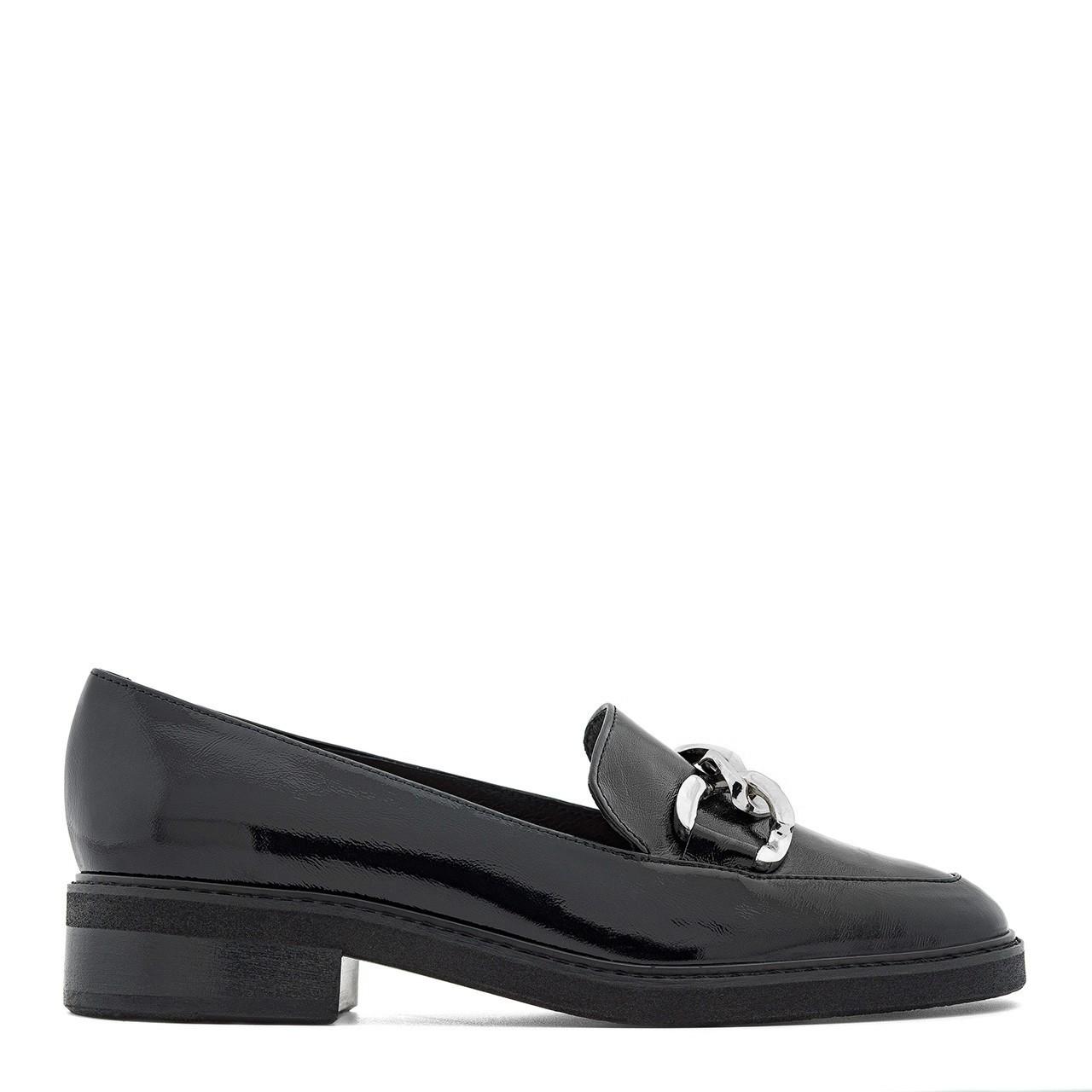 Czarne mokasyny na niskim obcasie ze srebrnym łańcuszkiem z przodu buta