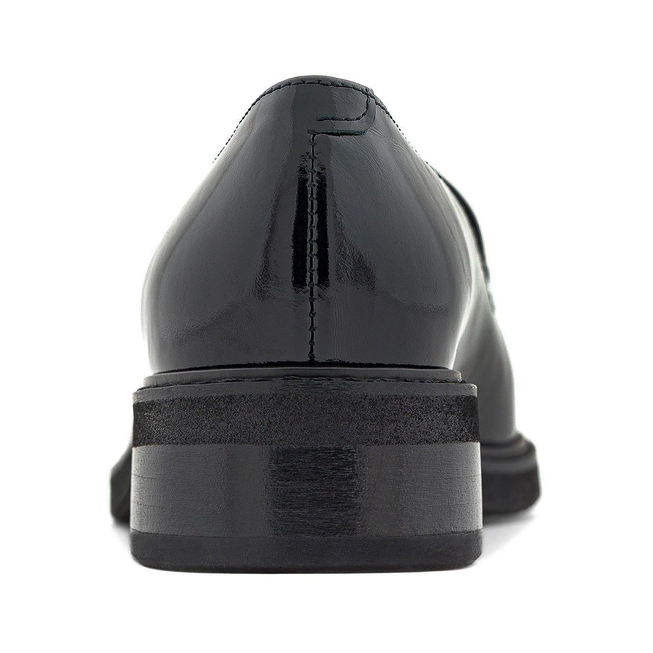 Czarne lakierowane mokasyny ze srebrnym łańcuszkiem