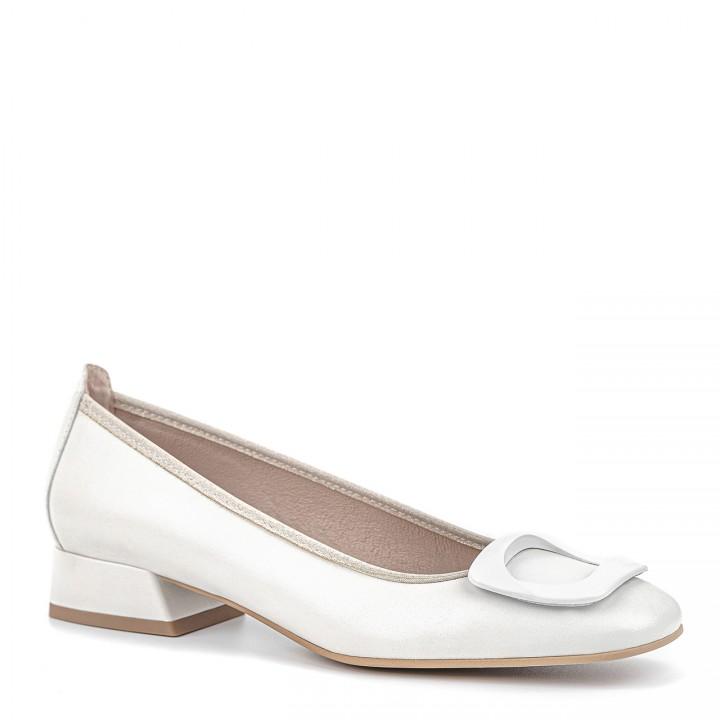 Białe ślubne obuwie dla kobiet na niskim obcasie z ozdobnym elementem