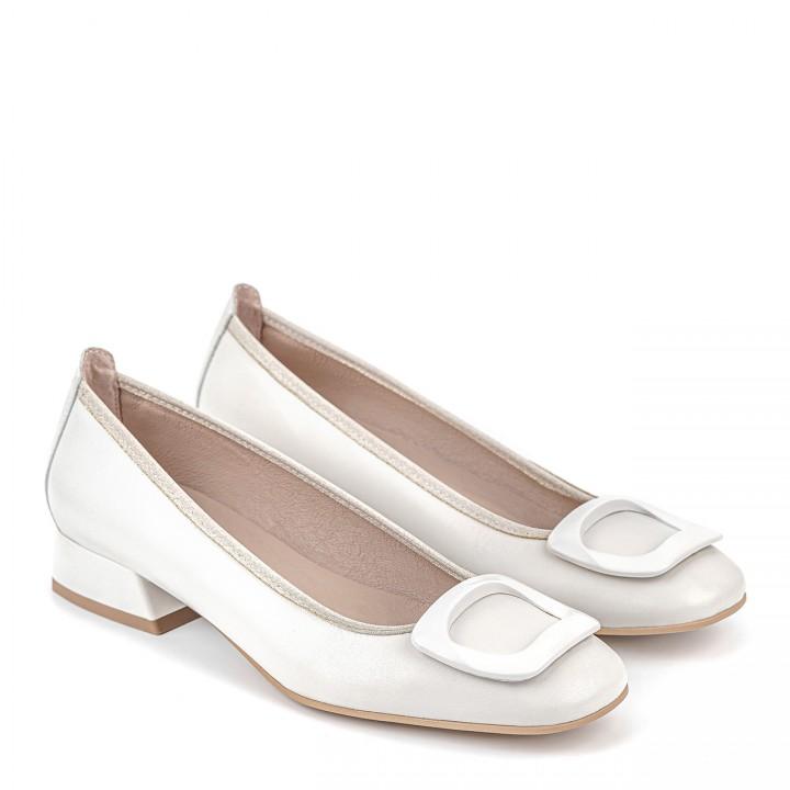 Białe ślubne obuwie na niskim obcasie z ozdobnym elementem