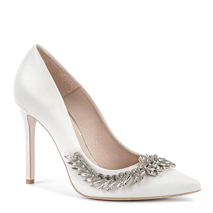 Białe ślubne buty na szpilce ze srebrną ozdobą