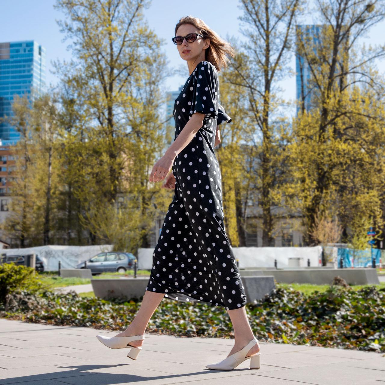Jakie buty do letniej sukienki w kwiaty lub we wzory?