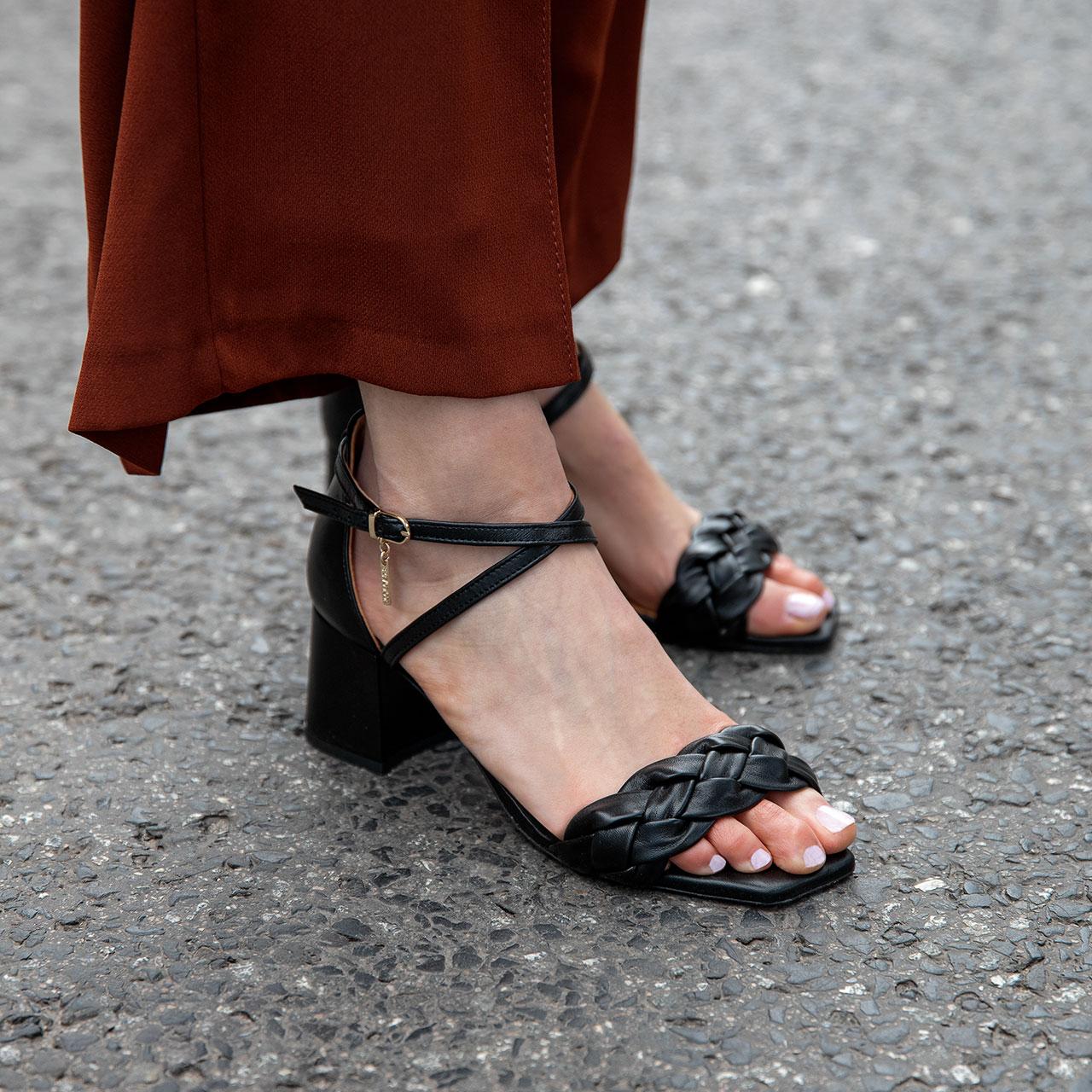 Czarne skórzane sandałki z regulowanym zapięciem